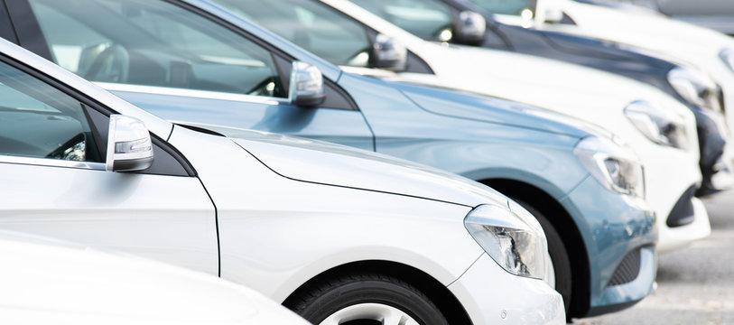 Autos in einer Reihe, Neuwagen, Gebrauchtwagen
