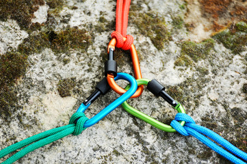 Photo sur Aluminium Alpinisme Carabiner on rocky background.