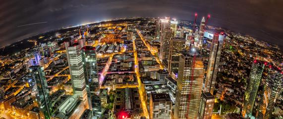 Die Frankfurter Innenstadt mit Bahnhofs- und Bankenviertel bei Nacht und künstlicher Beleuchtung