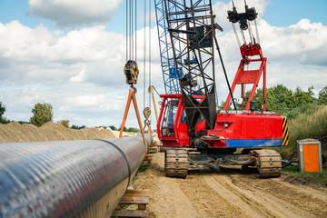 Energieversorgung - Verlegung einer Gaspipeline, Hochformataufnahme