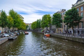 アムステルダムの川辺の光景