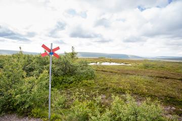 Kungsleden i Funäsdalen med fjällen och en fjällsjö i bakgrunden