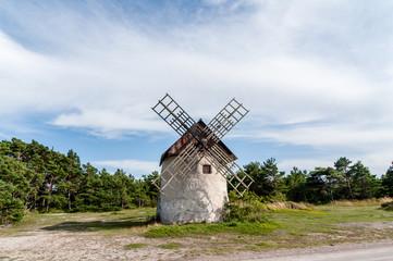 Vacker gammal väderkvarn av kalksten på Gotland Djupvik