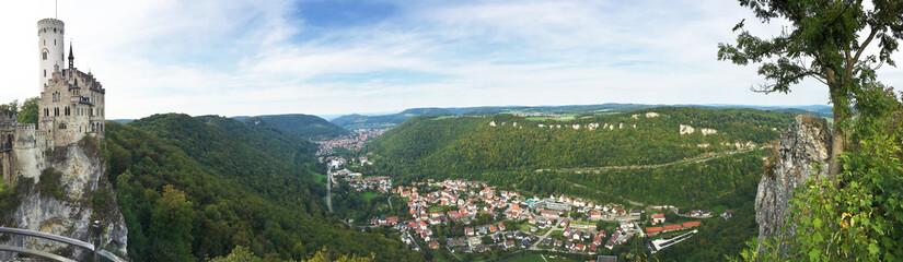 Aussicht auf die Burg Lichtenstein und Honau, Panoramaaufnahme - Schwäbische Alb