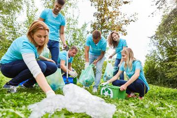 Umweltschutz Gruppe beim Müll sammeln in Natur