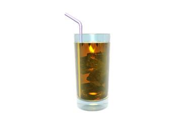 Cocktail mit Strohalm und Eiswürfeln