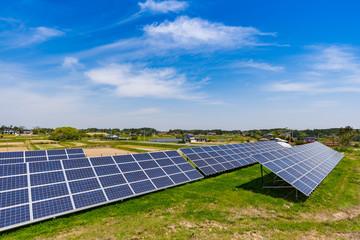 日本の田舎にある太陽光発電ソーターパネル