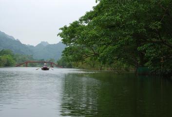 Barque vietnamienne sur l'eau