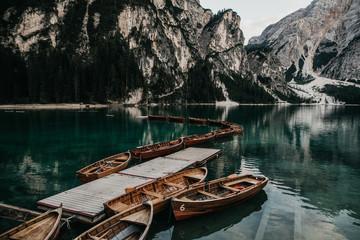 Bootssteg mit Ruderbooten am Pragser Wildsee