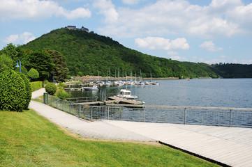 Edersee Uferpromenade in Berich mit Schloß Waldeck