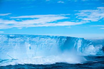 Autocollant pour porte Eau Beautiful view of the iceberg in Antarctica