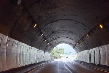 高速道路のトンネルの中