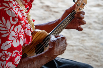 Poster Oceania old man hands playing hukulele in french polynesia