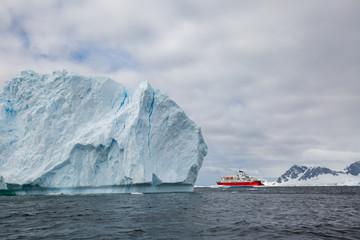 Photo sur Aluminium Antarctique ice in the Antarctica with iceberg in the ocean