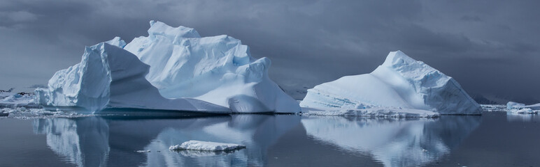 Papiers peints Antarctique Reflected Iceburges