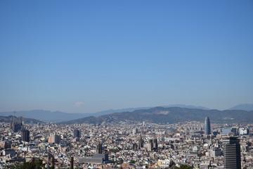 Vista panorámica de Barcelona con cielo despejado
