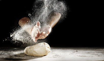 Chef clapping his hands to dust dough with flour Fototapete