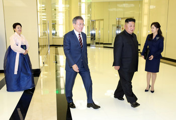 South Korean President Moon Jae-in and North Korean leader Kim Jong Un arrive for a banquet in Pyongyang