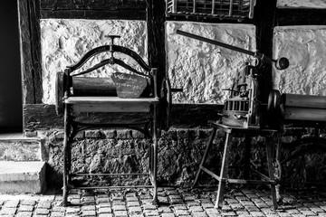 Alte Wäschemangel und Presse vor Fachwerk