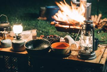 Foto op Plexiglas Kamperen 焚き火と夜のキャンプ風景