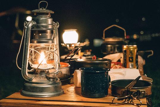 ランタンとコーヒー 夜のキャンプ風景