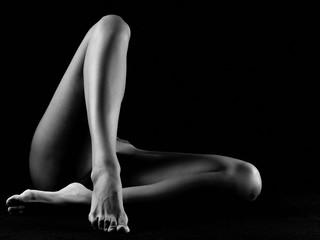 Nudo artistico di gambe nude di donna nuda erotiche e sensuali sexy in bianco e nero in posizione seduta e incrociate