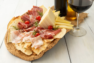Vassoio con guanciale, coppa, prosciutto crudo, dolce sardo, pecorino e pane carasau - sardinian food