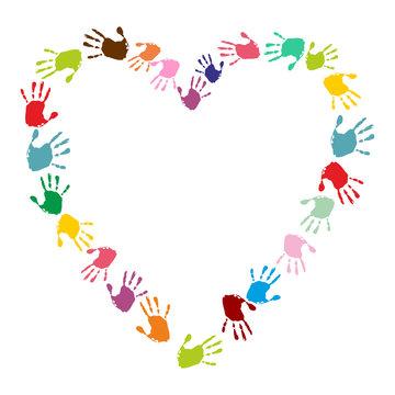 Herz aus bunten Handabdrücken