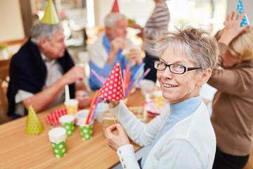 Senioren feiern Geburtstag im Altenheim