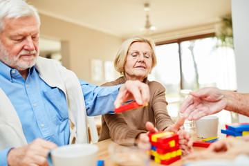 Senioren mit Demenz stapeln Bausteine