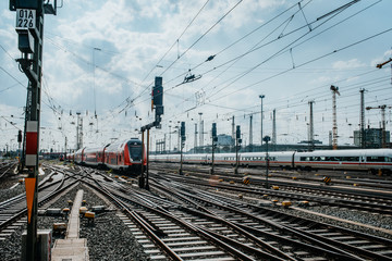 Nahverkehrszug fährt in Frankfurter Bahnhof ein