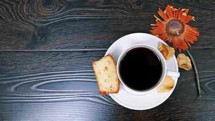 Утренний кофе, бисквит и цветок