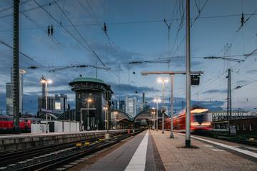 Zug fährt von Frankfurter Bahnhof ab