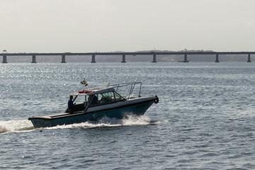 Barco passando em frente à ponte rio/niterói