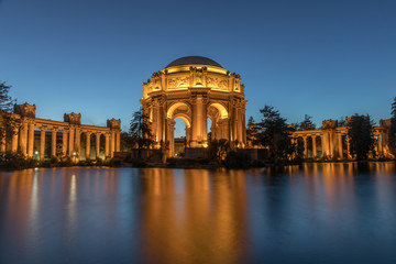 Foto op Plexiglas Theater The Palace in the evening with reflection from pond. Palace of Fine Arts, San Francisco, California, USA.
