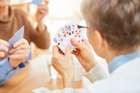 Senioren spielen Karten in einem Turnier