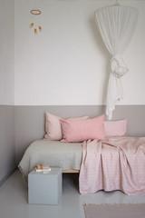 Bett im Kinderzimmer eines Mädchens