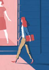 ショーウィンドウの前を歩く女性
