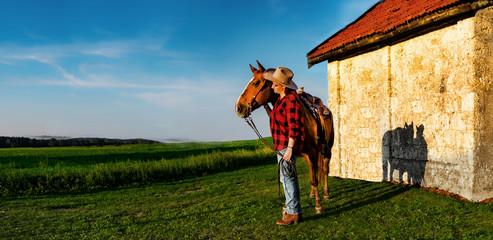 Frau blickt mit ihrem Pferd in die Ferne