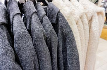 Kunstpelz Jacke zur Wintersaison auf einem Kleiderständer