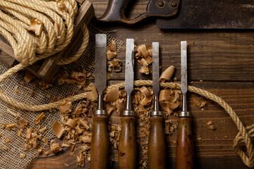 Cuerda y formones en el taller de carpintería