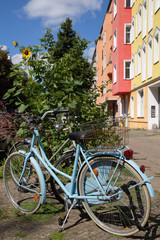 Fahrrad und Sonnenblume vor Fassade in Berlin