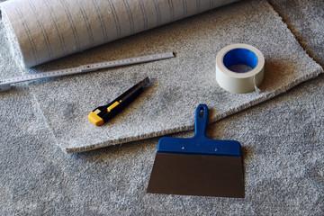 Einen neuen Teppichboden in einem Zimmer verlegen