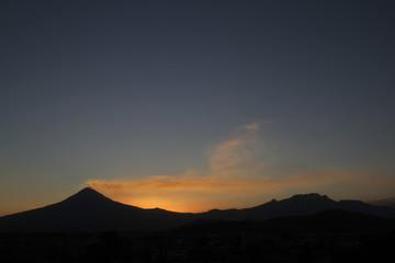 Popocatépetl e Iztaccíhuatl silueta al anochecer.