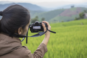 Woman holding a camera to travel.