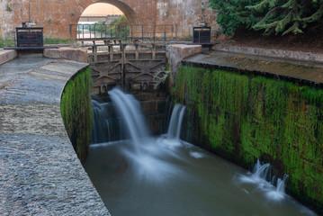 Fotobehang Kanaal Locks of Canal de Castilla in Calahorra de Ribas, Palencia province, Spain