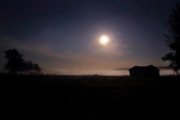 ночной пейзаж с туманом и звездным небом