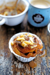 Muffins with apples and caramel