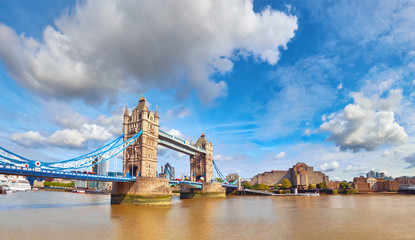 Fototapete - Tower Bridge in London on a bright sunny day, panoramic image