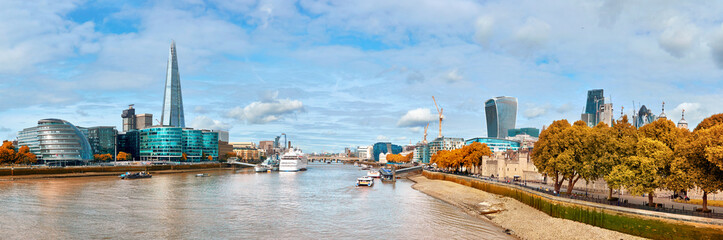 Fototapete - London, South Bank Of The Thames on a bright day in Autumn